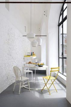 Un color con vitalidad, refrescante, alegre, ideal para dar un toque de color...genial. Te atreves con el amarillo??  Fotos:http://lamaisondannag.blogspot.com.es/2013/03/guest-post-french-by-design.html.