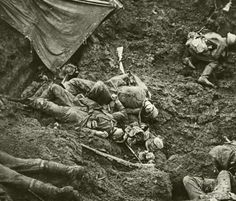 German and Allied dead together in the trench they both fought for Allemand et allié morts ensemble dans la tranchée