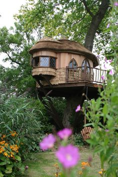 Tree houses to live in are probably your dream as young children. The adults somehow, rarely dream of living in the tree house. But to live in a tree house is Beautiful Tree Houses, Cool Tree Houses, Beautiful Homes, House Beautiful, Beautiful Beautiful, Amazing Tree House, Awesome House, Style At Home, Recycled House