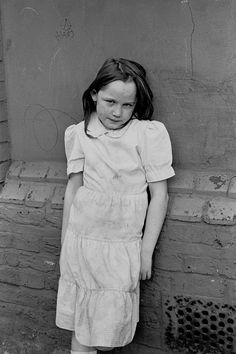 one of the Irish gypsy children 1987 @ London in the Field Mother Pictures, Time Pictures, London Pictures, Vintage Photographs, Vintage Photos, London Fields, Gypsy Girls, Coloured People, Intimate Photos