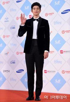 Joo Won Korean actors posing on the 2015 SBS Drama Awards red carpet. Kyun Sang, Yong Pal, Park Hyung, Mbc Drama, Yoo Ah In, Krystal Jung, Best Dramas, K Beauty, Most Beautiful Man