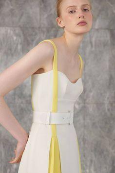 Emilia Wickstead Resort 2019 Fashion Show Collection: See the complete Emilia Wickstead Resort 2019 collection. Look 22 Look Fashion, Runway Fashion, Trendy Fashion, Fashion Design, Fashion Mode, Cheap Fashion, Fashion 2017, Fashion Show Dresses, Fashion Outfits