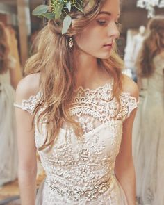 Elegant white lace wedding dress Pinterest // EllDuclos