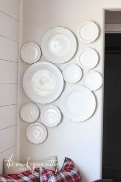 How To Hang Plates On The Wall So hängen Sie Teller an die Wand von The Wood Grain Cottage Hang Plates On Wall, Plate Wall Decor, Hanging Plates, Diy Hanging, Hanging Wall Art, Diy Wall Art, Diy Wall Decor, Diy Home Decor, Kitchen Wall Art