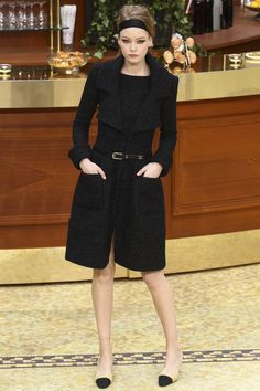 Just so strikingly simple, tailored, beautiful.   Classic Chanel style.  I so wish I could have this...CHANEL PRÊT-À-PORTER AUTOMNE-HIVER 2015-2016