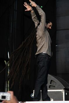 Damian Marley walking with his long dreads | Tresse