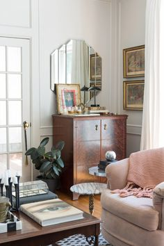 Adding antiques to your home is the easiest way to add character to a space. but adding antiques with wear and tear? Style At Home, Deco Retro, Style Deco, Interior Decorating, Interior Design, Apartments Decorating, Living Spaces, Living Room, Apartment Living