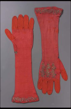 18th century, Europe - Pair of women's gloves - Silk knit nit ground embroidered with silk and metallic threads
