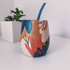 Painted Plant Pots, Painted Flower Pots, Pottery Painting Designs, Diy And Crafts, Arts And Crafts, Posca, Ceramic Painting, Bottle Crafts, Mug Designs