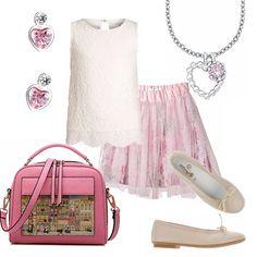 Un delizioso outfit pensato per una bimba. Gonnellina doppia con motivo di tulle abbinata ad un top color crema finemente lavorato a rilievo. Ballerina beige. Piccola ed originale borsetta rosa, collana ed orecchini a cuore rosa.