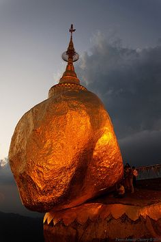 Burma, Kyaiktiyo (Golden Rock) De meest heilige plaats van de boeddhisten in Birma. Niet de Dalai Lama staat hier in hoog aanzien. The most sacred place for Birmese Buddhists. Not the Dalai Lama is the most sacred here.