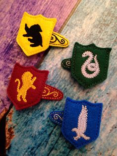 Harry potter inspired house crest hair clips by TomboyTogs on Etsy Harry Potter Diy, Harry Potter Baby Shower, Harry Potter Halloween, Harry Potter Theme, Harry Potter Birthday, Harry Potter Christmas Tree, Hogwarts Christmas, Harry Potter Hairstyles, Harry Potter Painting