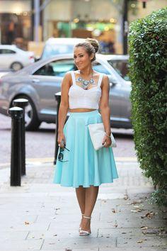 Los conjuntos de midi-falda y blusa lucen de maravilla para un evento de día. #DayLook