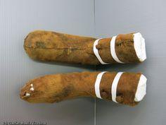 Chausses à boutonsrestaurés ayant appartenu à Louise de Quengo, dont le corps a été découvert dans un cercueil en plomb dans le couvent des Jacobins, Rennes (Ille-et-Vilaine), 2015.