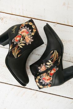 Black ankle boots with floral print to keep all day long.: