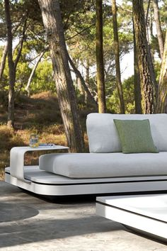 Manutti // Outdoor patio sofa. This ultra-modular and movable seating concept allows for endless arrangement options, due to the changeable back positions - Elements Collection #outdoorfurniture #outdoorluxury Outdoor Sofa Sets, Outdoor Furniture, Outdoor Decor, Modular Sofa, White Casual, Sofa Design, Cushions, Concept, Luxury