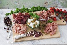 Den ultimata charkbrickan Mozzarella, Food Inspiration, Tapas, Brunch, Appetizers, Snacks, Cheese, Oliver, Wedding Ideas