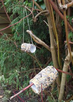 Vogelfutter-Rolle, schnell selbst gebastelt! Klopapierrollen recyceln. Bird Feeders, Diy And Crafts, Blog, Outdoor Decor, How To Make, Manualidades, Pictures, Blogging, Teacup Bird Feeders
