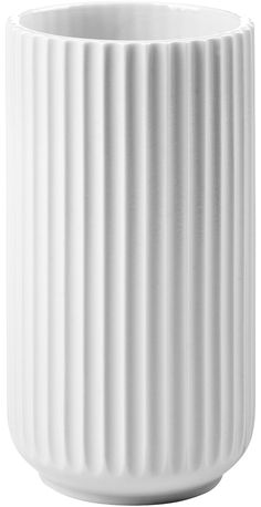 Den klassiske hvide Lyngby vase fra Lyngby Porcelæn #inspirationdk #bolig #danskdesign #danishdesign