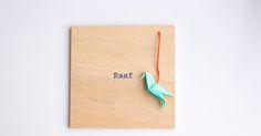 lalalala-geboortekaartjes: Houten geboortekaartje met origami vogeltje (Raafje)