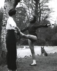 Young Julie Andrews taking dance lessons from her aunt Joan
