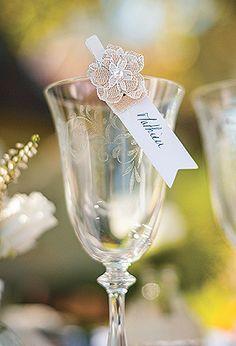 Décoration de table jute et dentelle - Ces délicates petites fleurs donneront de la classe à vos décorations en leur donnant une touche vintage. http://www.mariage.fr/fleurs-jute-et-dentelle-adhesives-decoration.html