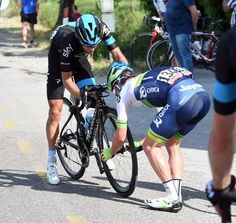Simon Clarke helps Richie Porte after a flat tyre on stage ten of the 2015 Giro d'Italia