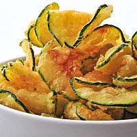 A healthy snack: baked zucchini chips. Zucchini Chips Recipe, Zucchini Crisps, Bake Zucchini, Zuchinni Chips, Zucchini Pasta, Fried Zucchini, Cooking Zucchini, Easy Snacks, Healthy Snacks