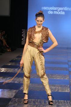 Diseños alumnos de Diseño de Indumentaria y Textil de Escuela Argentina de Moda Septiembre 2010  Temática cuero argentino reciclado