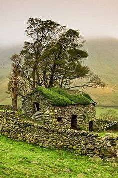 Stone Barn, Yorkshire Dales, England by Gary Kenyon. In Yorkshire terms: a bothy. Yorkshire Dales, Yorkshire England, Cornwall England, North Yorkshire, Beautiful World, Beautiful Places, Stone Barns, Stone Fence, Glass Fence