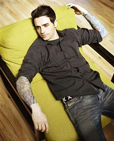 chris carrabba from dashboard confessional. his music & body = sex.