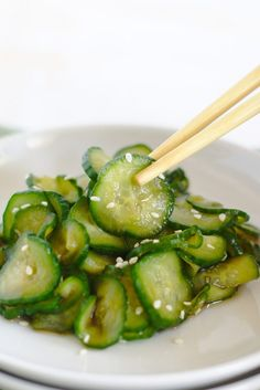 Japanese Cucumber Salad – A light and refreshing side dish that's easy to make! Fresh cucumbers sliced and marinated with Japanese sauces and flavors! Japanese Pickles, Japanese Sauce, Japanese Dishes, Japanese Food, Japanese Side Dish, Japanese Chicken, Cucumber Recipes, Veggie Recipes, Asian Recipes