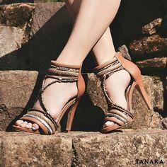 Você é daquelas que compra um sapato novo e já quer sair da loja usando? O nome disso é pré-estreia! Com Tanara você faz sucesso! <3 Sandália ref. N7743