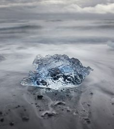 En raison de la présence de sulfure volcanique, la couleur de ces mico iceberg du lac Jökulsárlón prennent des teintes d'un bleu translucide