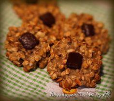 Chutné sušenky bez tuku a mouky. Na jeden plech sušenek potřebujeme: <ul> <li>200 g ovesných vloček</li> <li>5 lžic zakysané smetany</li> <li>2 banány</li> <li>2-3 lžíce medu</li> <li>3 lžíce slunečnicových semínek/posekaných ořechů</li> </ul> V misce rozmačkáme banány a přidáme zbylé přísady. Zamícháme a necháme aspoň 15 minut odležet, aby se vločky rozmočily. Na pečící papír tvarujeme sušenky. Pečeme na 200°C asi 20 minut. Doporučuji navrch přidat kousek čokolády, nebo do těsta kokos či…