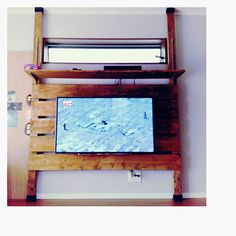 . DIYday④ テレビの壁掛けパーツをネット注文していたのが届いたので取り付け テレビボードというのかな? 上の棚にレコーダーを乗せて 子供たちのイタズラ対策 初DIY完成です☆ 一人で設計&塗装&設置よく頑張った! 板のカットはホームセンターでお願いして8本カットで150円!安っ! パパが本格的な工具買ってくれたおかげもあるけど♪ みーくんおんぶしながらテレビの壁掛け設置は重すぎて腰やるかと思った 笑 #DIY#初DIY#テレビボード#壁掛け#壁掛けテレビ#ディアウォール#設計#塗装#水性ステイン#設置#可動棚#新居#マイホーム#myhome