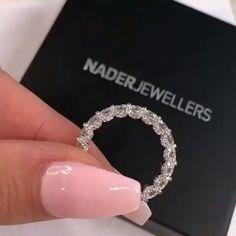 verlobungsring videos Jeweller: Na - verlobungsring Cute Jewelry, Jewelry Rings, Jewelry Accessories, Jewelry Design, Dream Engagement Rings, Schmuck Design, Ring Verlobung, Eternity Bands, Eternity Ring Diamond