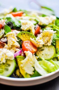 Delicious Personnel: Salad with avocado, mozzarella and tomatoes (hit translate button). Salad Recipes Healthy Vegetarian, Healthy Salads, Healthy Eating, Salad Recipes Video, Egg Recipes, Lunch Recipes, Salad Bar, Avocado Salad, Mozzarella