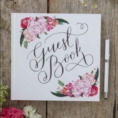 Valkoinen vieraskirja kukkakoristelulla