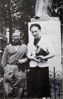 In a young Raymond Aron laid forth the ideas of Germany's phenomenologists to twenty-seven-year old Jean-Paul Sartre and twenty-five-year old Simone de Beauvoir at a Paris bar, and the seeds of a new philosophy -- existentialism -- had been planted. Jean Paul Sartre, Albert Camus, Prove Love, French History, Writers And Poets, Auguste Rodin, Book Writer, Famous Couples, Life Is Strange
