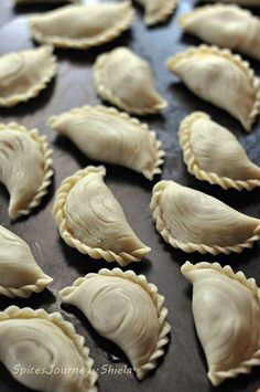 Spices Journey: KARIPAP PUSING SARDINE Chef Wan, Curry Puff Recipe, Beignets, Indian Food Recipes, Vegan Recipes, Puff And Pie, Cooking Tips, Cooking Recipes, Malay Food