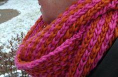 Ecco una bella sciarpa lavorata a punto brioche a due colori. Vi consigliamo di provare lo schema di questo pattern senza scoraggiarvi perchè è davvero semplice e bello. Buona lavorazione!