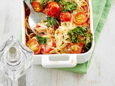 Helppo arkiruoka syntyy tonnikalasta ja spagetista. Lisää tonnikala-spagettivuoan päälle halutessasi öljytilkassa pyöräytettyjä lehtikaalin palasia. Ne rapeutuvat uunissa. Finnish Recipes, Bruschetta, I Love Food, Macaroni And Cheese, Spaghetti, Cooking Recipes, Tasty, Chicken, Meat