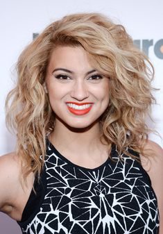 Tori Kelly naturally curly hair | Style Bistro