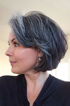 Cheveux gris : 55 coiffures qui ne font pas mamie - Cheveux gris : 70 coiffures qui ne font pas mamie Grey Hair Don't Care, Gray Hair, Silver Grey Hair, White Hair, Grey Makeup, Going Gray, Short Hair Cuts, Short Grey Hair, Grey Hair Inspiration