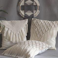 Macrame Wall Hanging Diy, Weaving Wall Hanging, Macrame Art, Macrame Projects, Macrame Knots, Knitted Cushion Covers, Knitted Cushions, Diy Crafts Hacks, Diy Home Crafts