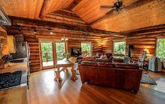 Magnifique intérieur d'un chalet de montagne en rondins de bois