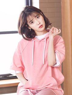Korean Medium Hair 2020 Layered with Bangs Got curly or wavy shoulder-length hair? Add Korean Medium Hair 2020 layers so your curls are often Korean Medium Hair, Medium Hair Styles, Short Hair Styles, Cute Korean Girl, Asian Girl, Asian Woman, Iu Short Hair, Oppa Gangnam Style, Iu Fashion