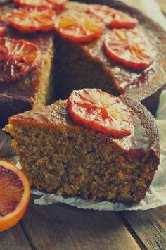 Un pastel, denso húmedo y aromático. Naranja y almendras... Combinación clásica... Y además, es apto para celíacos... ;) ¿Os animáis?...