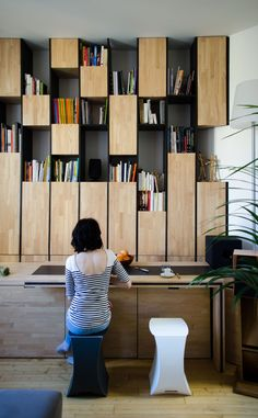 Wall cabinet combining cabinets for storage and open shelves. Appartement M, Bordeaux, 2014 - L'atelier miel Shelf Design, Cabinet Design, Storage Shelves, Shelving, Office Storage, Flur Design, Design Design, Bookcase Shelves, Bookcases